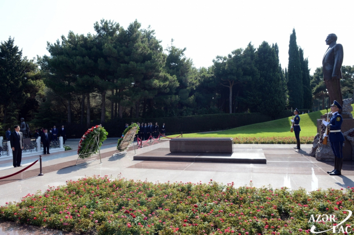 Chairman of Chinese NPC Standing Committee pays respect to national leader Heydar Aliyev and Azerbaijani martyrs