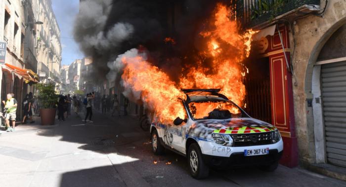 الشرطة الفرنسية تطلق الغاز على محتجي السترات الصفراء وتعتقل العشرات