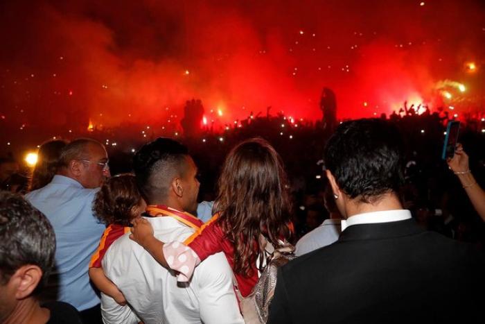 Falkaonu İstanbulda minlərlə azarkeş qarşıladı - FOTO