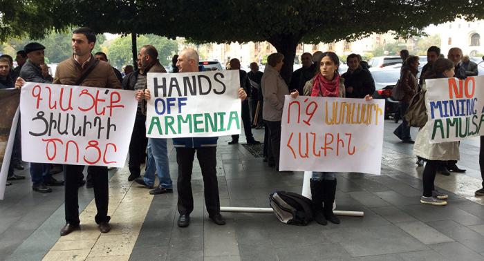 Ermənistanda etiraz aksiyası - Nazirin istefası tələb olunur