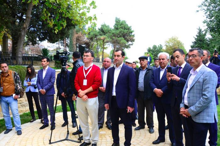 Festival iştirakçıları Şahxəndanın dəfn olunduğu türbədə