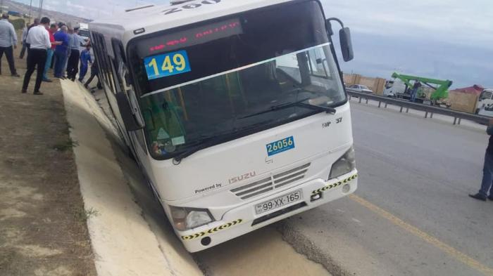 Bakıda sərnişin avtobusu drenaj xəttinə düşüb - Yenilənib