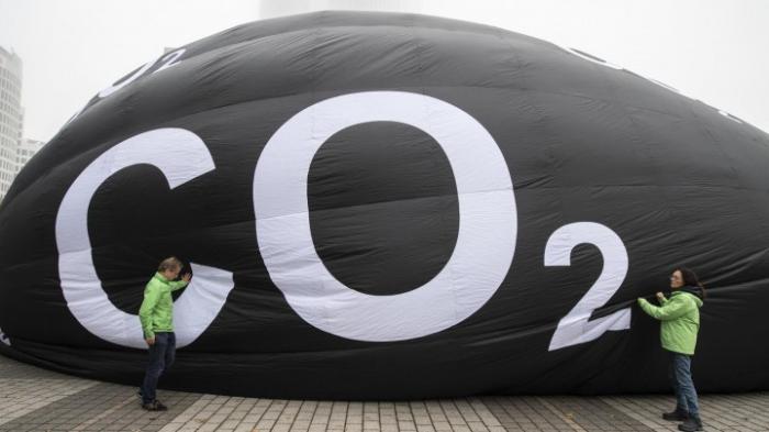 Greenpeace demonstriert mit CO2-Ballon vor der Automesse