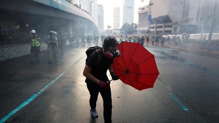Hongkonger bleiben auf der Straße