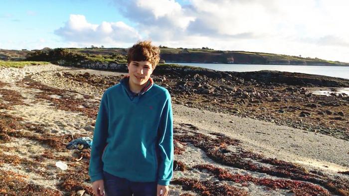 À 18 ans, il a inventé un aimant à microplastiques pour nettoyer les océans