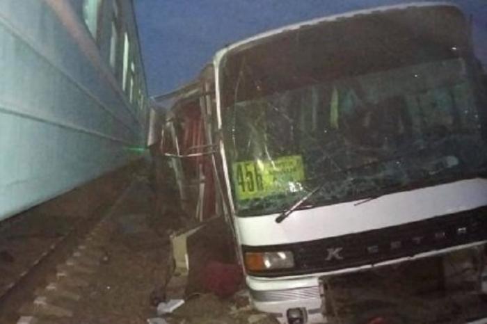 Almatıda qatar avtobusla toqquşub: Ölən və yaralılar var