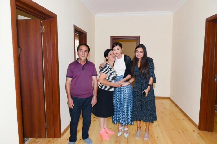 Mehriban Əliyeva və qızı Şamaxı sakininin evində - FOTO