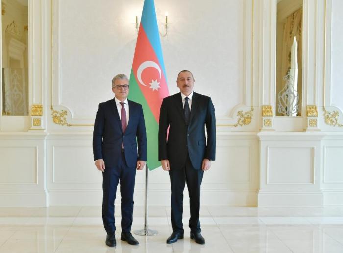 Le président llham Aliyev reçoit les ambassadeurs de trois pays -  PHOTOS