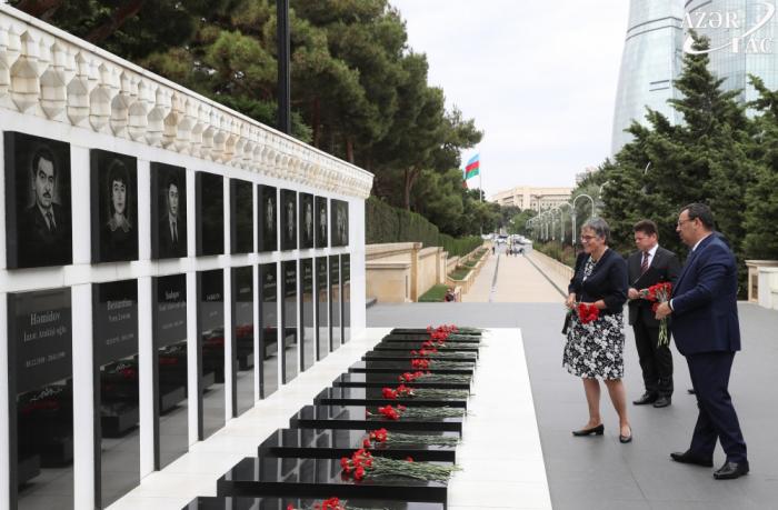 La présidente de l'APCE visite l'Allée des Martyrs à Bakou