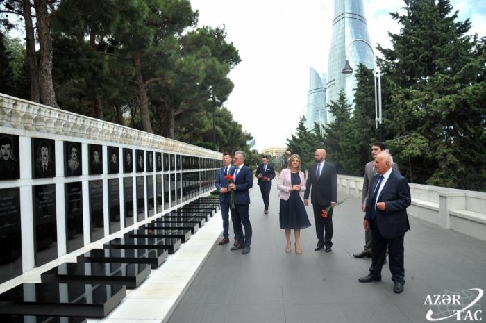 Une délégation parlementaire croate visite l'Allée des Martyrs à Bakou