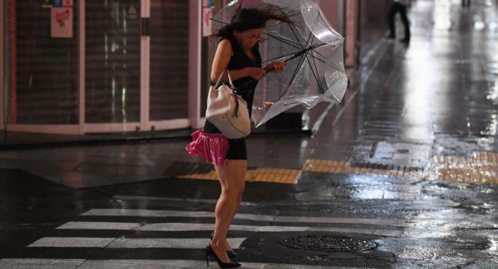 الهدوء قبل العاصفة... سماء بنفسجية تخيف اليابانيين.. بالصور
