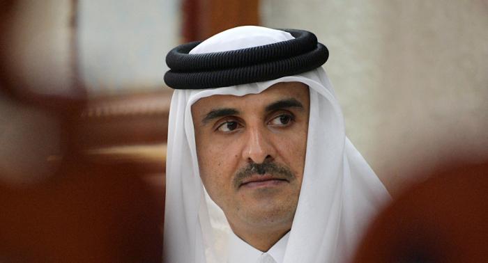 رد فعل مثير لأمير قطر عند رؤية والده في إحدى المباريات