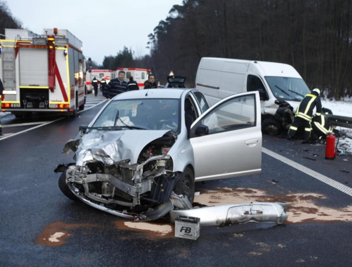 Autofahrer rast in Gegenverkehr