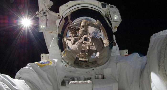 Astronautas realizan una caminata espacial fuera de la EEI