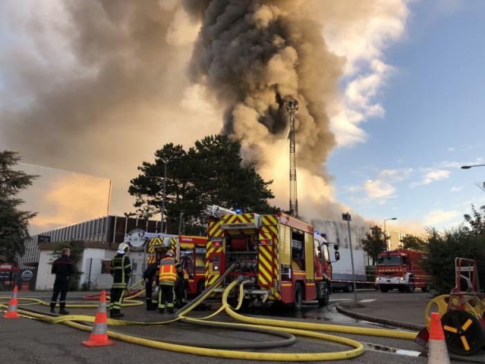France:  Important incendie dans un entrepôt de Villeurbanne