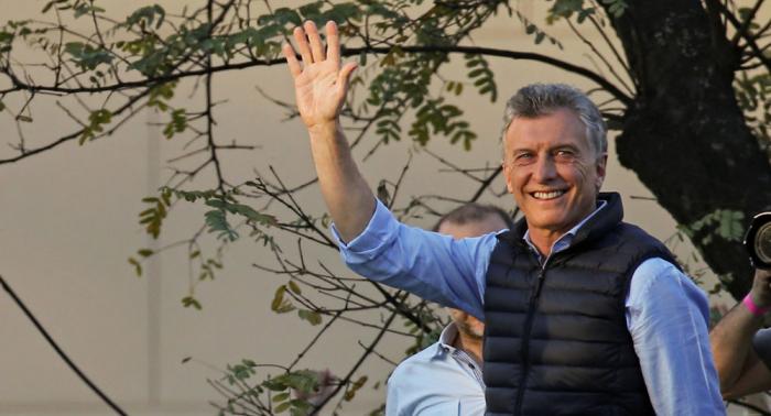 Macri deja a todos sorprendidos al besar el pie de una anciana (vídeo)