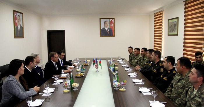 US-Botschafter trifft aserbaidschanische Soldaten, die an den Sabre Junction-19-Übungen teilgenommen haben