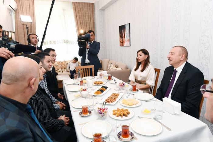 Aserbaidschanischer Präsident und First Lady nehmen die Hochzeitseinladung der Märtyrerfamilie an