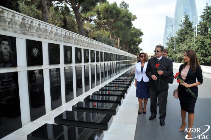 StänderatspräsidentderSchweizzollt den aserbaidschanischen Märtyrern Respekt
