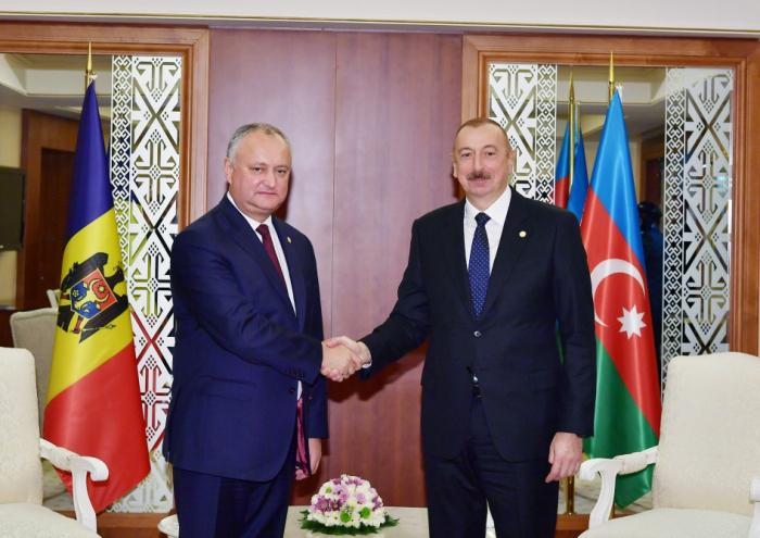 Präsident Ilham Aliyev und Präsident Igor Dodon treffen in Aschgabat zusammen