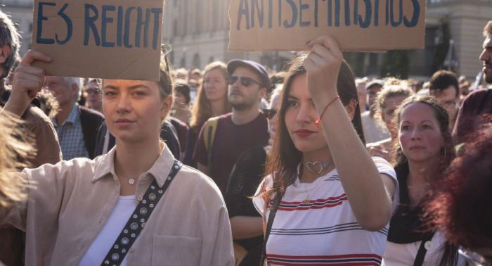 Tausende demonstrieren in Berlin gegen Antisemitismus und Rassismus –  Fotos und Videos