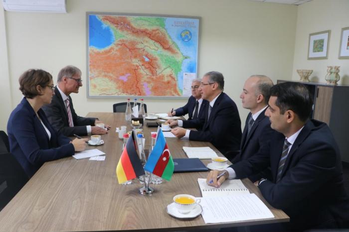 Se celebra una reunión con el embajador alemán en Azerbaiyán