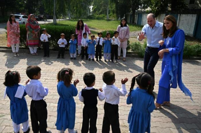 Le prince William et Kate dans un école de filles pour leur première visite au Pakistan