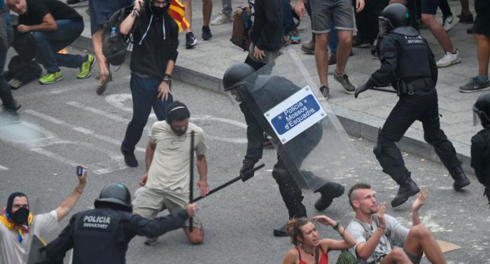 Continúan los cortes en carreteras y trenes en Cataluña en protesta por la sentencia