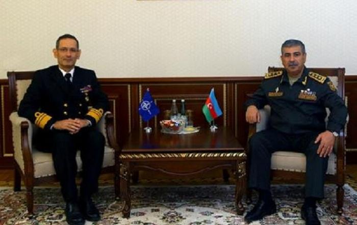 Ministro de Defensa de Azerbaiyán se reúne con el contraalmirante de la OTAN