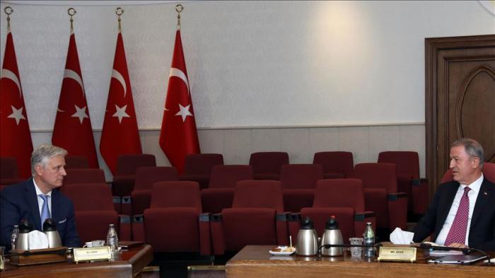 Ministro de Defensa turco se reúne con asesor de Seguridad de EEUU