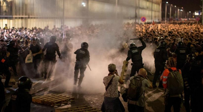 Spanish police clash with Catalan separatists as they try to disperse protest-  NO COMMENT
