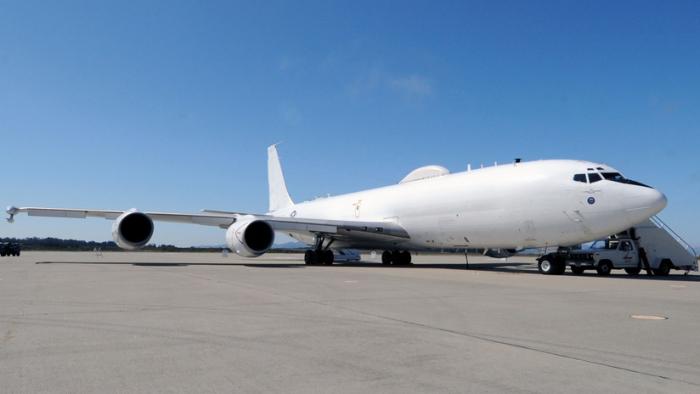 Un avión estadounidense diseñado para la guerra nuclear resulta averiado por un pájaro