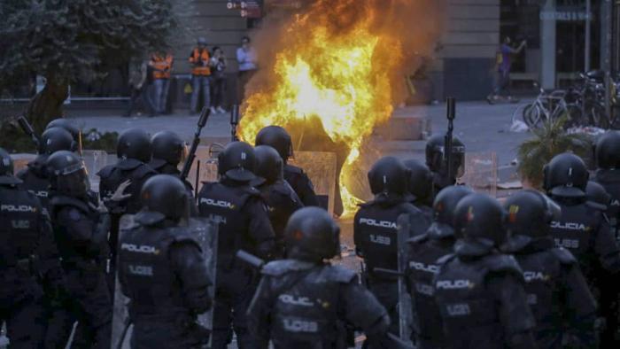 España:  La violencia callejera se intensifica en Barcelona y se ceba con la policía en otra noche de caos