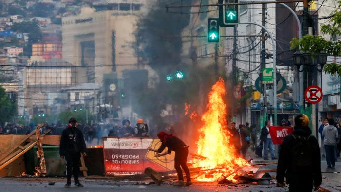 Quemas y destrozos en Valparaíso en protestas contra el alza en las tarifas del transporte público