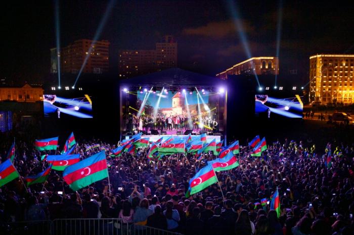 Un concert organisé au parc du Centre Heydar Aliyev à l'occasion du Jour de l'Indépendance