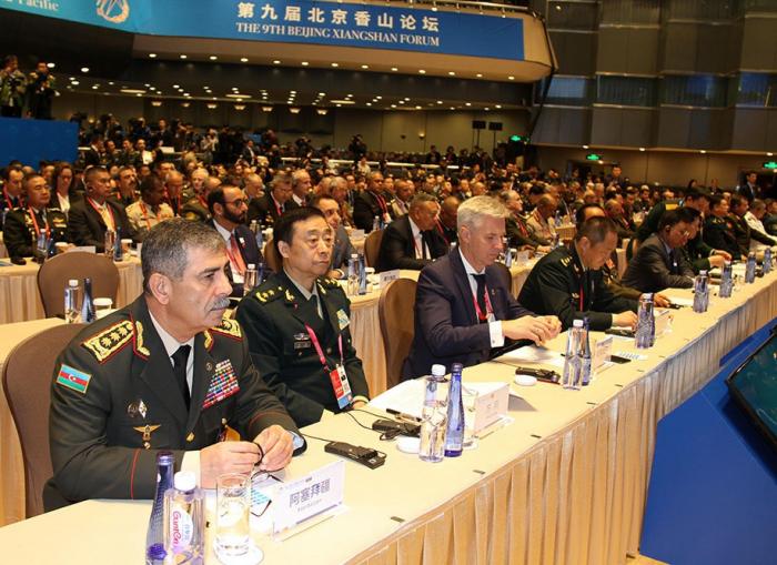 Aserbaidschans Verteidigungsminister nimmt am 9. Beijing Xiangshan-Forum teil