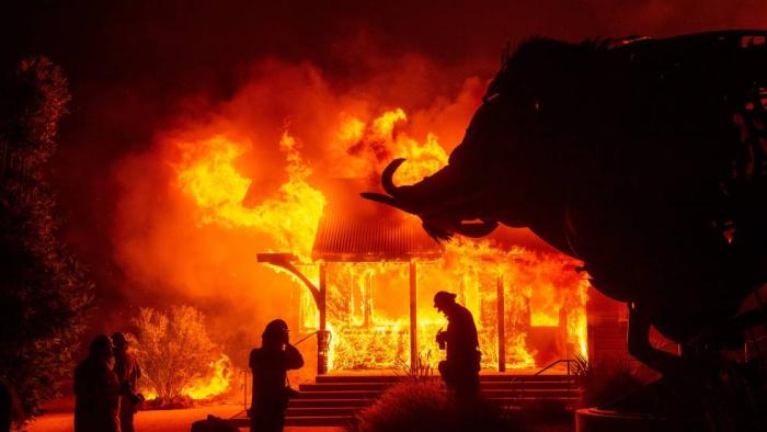 Los vientos en California obligan a evacuar a 180.000 personas y cortar la luz a millones para evitar incendios