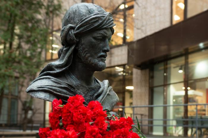 Inauguration d'un buste du grand poète azerbaïdjanais Nassimi à Moscou