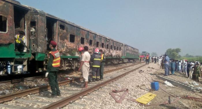 Sube a 73 el número de muertos por el incendio en un tren en Pakistán