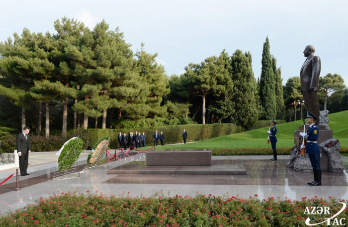 Georgian PM pays respect to national leader Heydar Aliyev and Azerbaijani martyrs