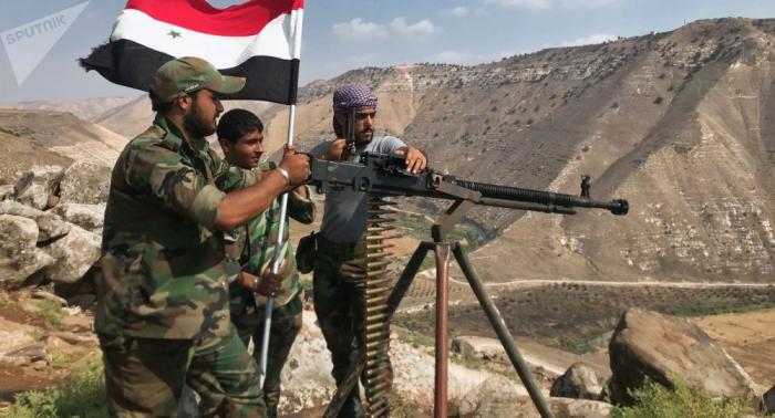 رفع العلم السوري عند نقطة التفتيش الحدودية مع تركيا في عين العرب