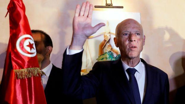 قيس سعيد: الأكاديمي التونسي يعلن فوزه في الانتخابات الرئاسية والآلاف يحتفلون في العاصمة
