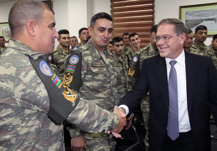 السفير الأمريكي يلتقى مع القوات الأذربيجانية - الصور