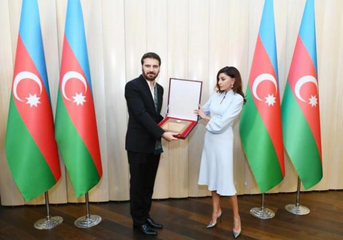 Mehriban Aliyeva presented Sami Yusuf honorary diploma of President of Azerbaijan
