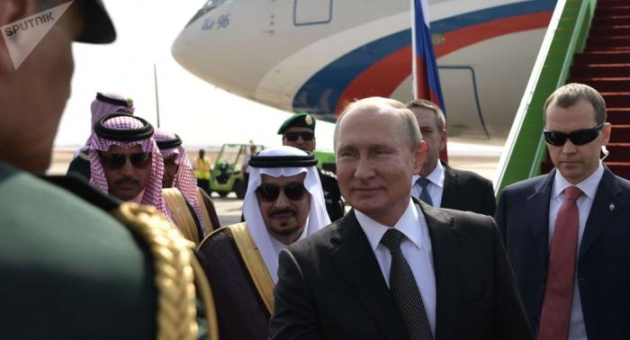اصطفاف طابور لمصافحة بوتين في السعودية...فيديو
