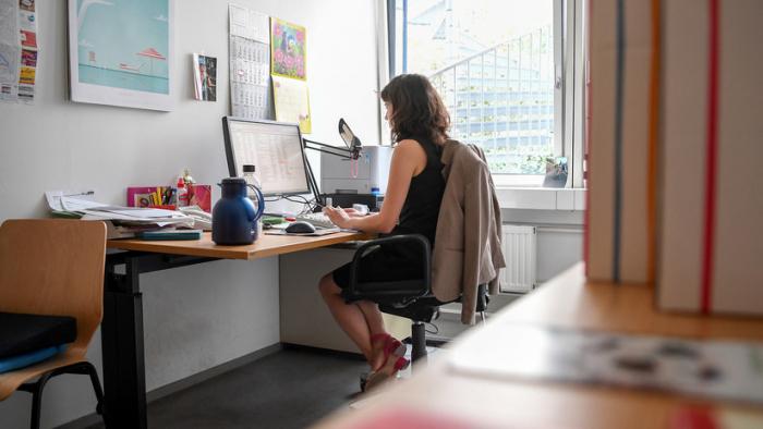 VIDEO:     Muestran cómo se verá una empleada tras 20 años de trabajo en una oficina