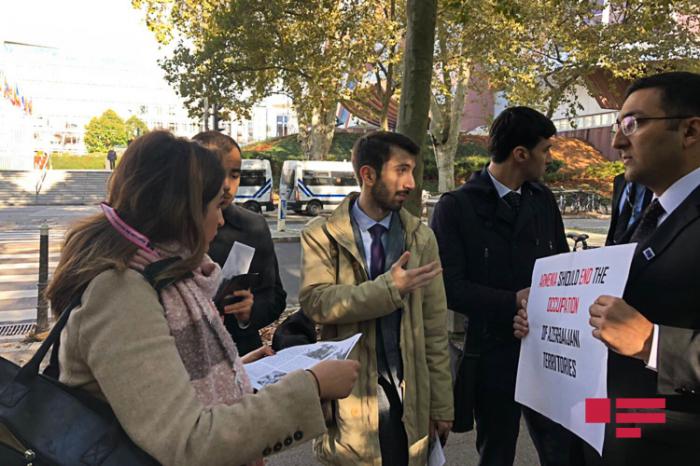 Rassemblement des Azerbaïdjanais devant le siège de l