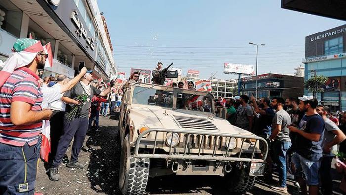 لبنان: وعود حكومية بحل الأزمة.. عون يطمئن.. والمتظاهرون يرفضون
