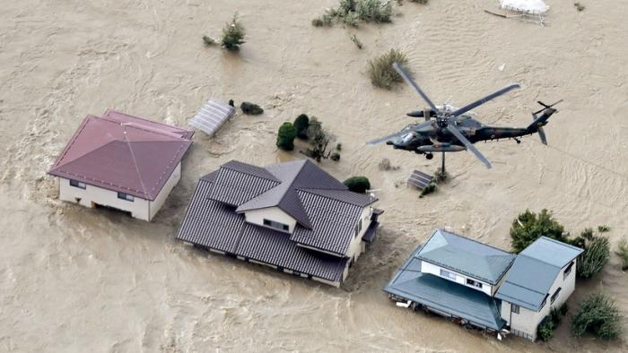 Una anciana cae de un helicóptero mientras era rescatada del devastador tifón Hagibis en Japón