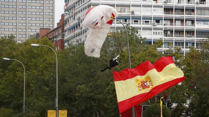 Fallschirmspringer bleibt an Laterne hängen